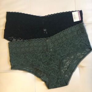 Set of lacy hipster panties